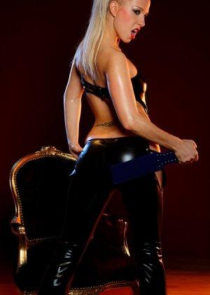 Блондинка лесбиянка садиться на стул, чтобы ее подруга смогла сделать незабываемый куннилингус - фото 4