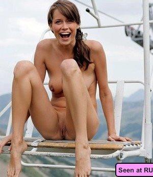 Настоящие нудистские девушки всегда готовы показать свои буфера и щели, и на заправке, и в магазине - фото 4