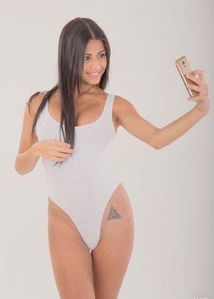 Денисс Гомез вся измалась маслом, поэтому ещё щелка и грудь выглядят особенно сексуально - фото 1
