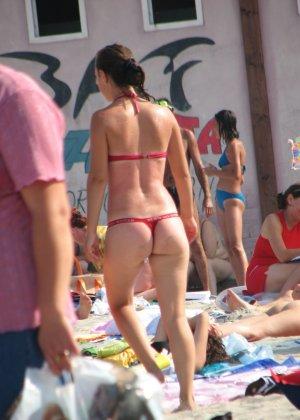 Галерея собрала в себе множество фотографий отдыхающих на пляже девушек - можно насладиться их красотой - фото 13
