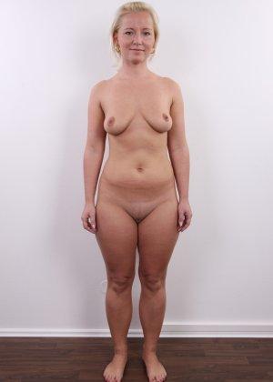 У коротко стриженой блондинки чувственно торчит клитор и требует к себе внимания - фото 12