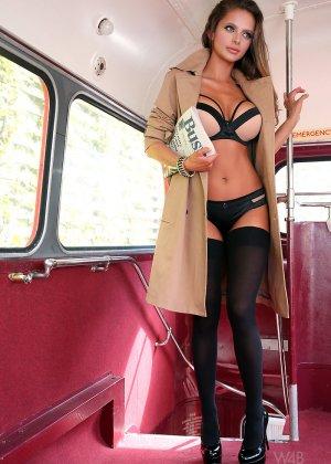 Сексапильная модель эротично позирует в пустом автобусе - фото 2