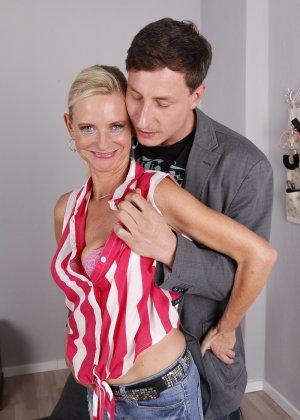 Опытный муж разминает висящие сиськи своей зрелой блондинистой жены - фото 4