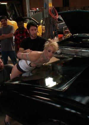 Рисковая блондинка готова принимать на свое тело множество испытаний – мужчины делают всё, что им хочется - фото 9