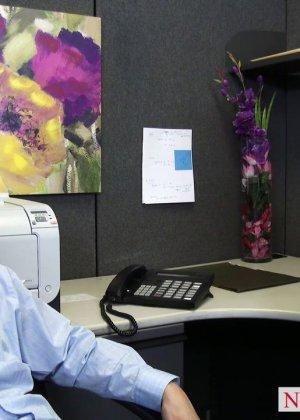 После успешного совещания приятно пригласить секретаршу Кайлу с большими буферами и трахнуть на офисном столе - фото 4
