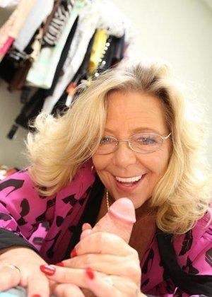 Старая шлюшка Карен с крашеными волосами и торчащими сосками сосет большой хуй как последний раз в жизни - фото 10