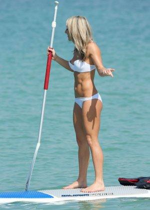 На пляже телка с маленькими формами позирует перед камерой папараци - фото 5