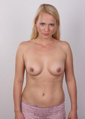 Блондинка с большой попкой и тату на спине оголила свое тело на камеру - фото 6