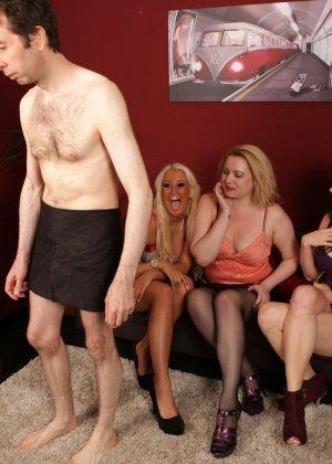 Сексуальные девчушки разминают пальчиками член своему пареньку - фото 4
