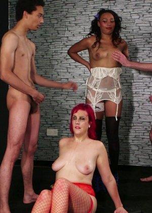 Развратная женщина с необычной внешностью показывает свою смелость в сексуальном плане - фото 21