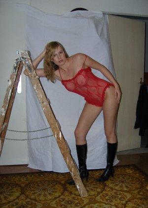 Девка в красном корсете лазит по полу и соблазняет мужа - фото 24
