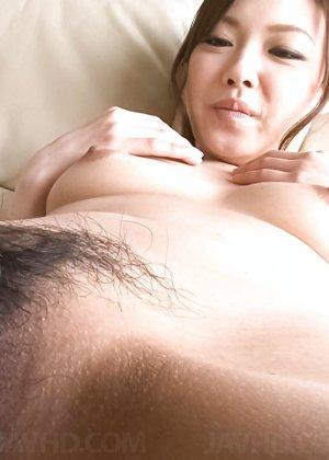 Азиатка с большой пиздой перед камерой бреет себе киску станком - фото 5