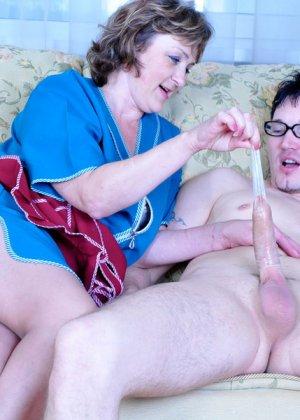 Горничная прикладного возраста удовлетворяет сынка хозяйки, который трахает старых баб - фото 16