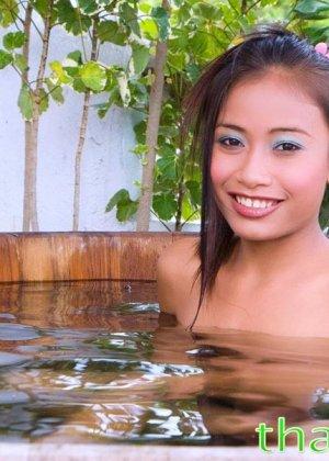 В прохладной водичке расслабляется обнаженная азиатская красавица - фото 6