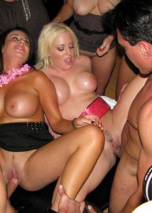 После тусовки молодые красотки развлекаются с парнями и их членами - фото 14