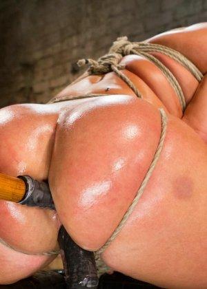Жесткий мужик связав свою жену за измену издевается над ней вибратором - фото 23