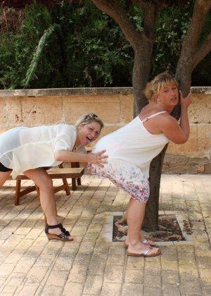 Две зрелые мадамы давненько не виделись и занялись развратом во дворе - фото 12