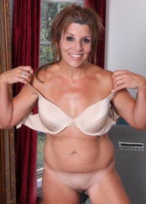 Женщина в зрелом возрасте показывает, как для нее важно сохранять идеальную форму с помощью спорта - фото 9