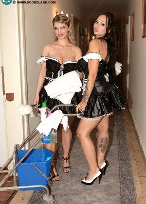 Красивая сучка снимает телку проститутку и проводит с ней лесбийские игры - фото 4