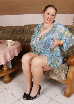 Зрелая леди с большой грудью соблазняет своих преданных поклонников - фото 2