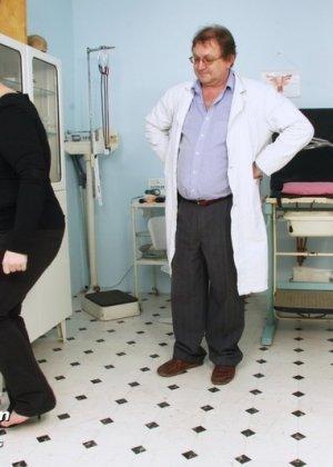 Врач со всех сторон осматривает зрелую пациентку, но больше всего внимания уделяет ее пизде - фото 15