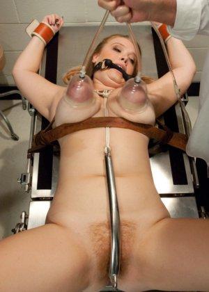 Пышногрудая шатенка пришла на осмотр к гинекологу, а тот оказался специалистом высокого класса – связал ее и выебал - фото 7