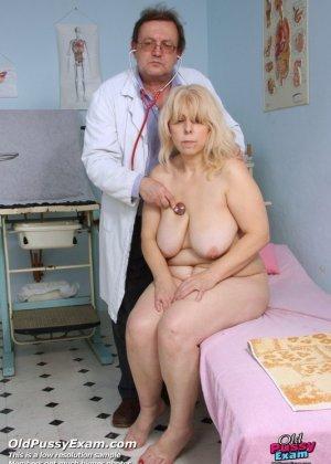 Женщина в зрелом возрасте приходит к гинекологу, чтобы подставить для осмотра свои отверстия - фото 4
