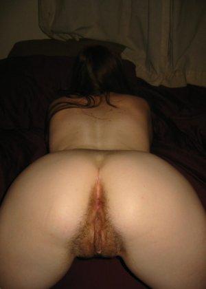 Зрелаятелка с рыжей пиздой сосет хуй и показывает свою грудь клиенту - фото 11