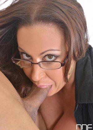 Грудастая секретарша сосет хуй своему начальнику и водит им между сиськами, закатывая глаза от наслаждения - фото 8