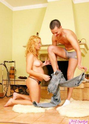 Горячая беременная блондинка подставляет свою влажную дырочку для секса и дает на себя кончить - фото 3