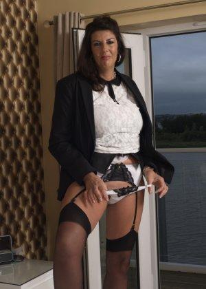 Зрелая британская красотка показывает свое шикарное тело, одевшись в сексуальное белье - фото 11