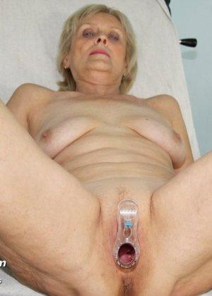 Женщина подставляет свою пизду для осмотра гинекологом и рада, когда ей вставляют вибраторы - фото 11