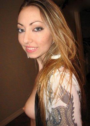 Красивая девушка показала свои голые сиськи и засунула в пизду свою игрушку - фото 56