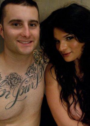 Трансвестит трахает в задницу татуированного молодого паренька - фото 15