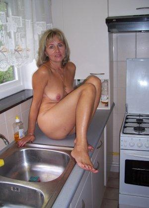 Голая дом работница показывает свое обнаженное тело - фото 4