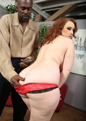Рыжая шлюха любит черные большие члены, она снимет красные трусики и отдастся негру - фото 6