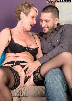 Горячая зрелая сучка очень хочет секса, поэтому с радостью подставляет свою пизду молодому мужчине - фото 6