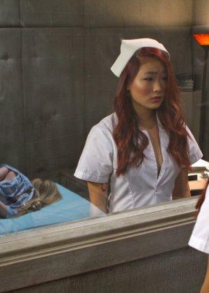 Две медсестры развлекаются: одна одела черный страпон и жестко выебала свою подружку - фото 5