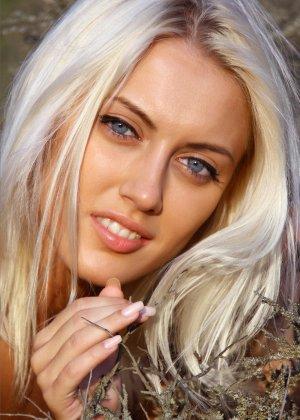 Блондинка на природе позирует перед фотоапаратом в сексуальных позах - фото 29