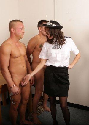 Две подружки в униформе сосут члены троим зрелым паренькам в халатах - фото 5