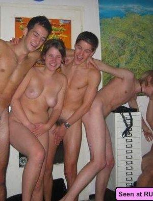 Сисястые девки показывают свои прелести кому попало и фоткаются с парнями с большими членами - фото 15