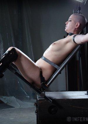 Лысую девку привязали к стулу и прицепили провода за её клитер - фото 3