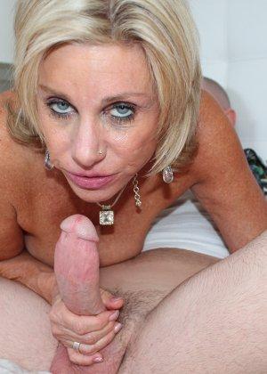 Девушка спускает мужчине трусы, а под ними оказывается большой член, который она доверяет обслужить опытной даме - фото 8