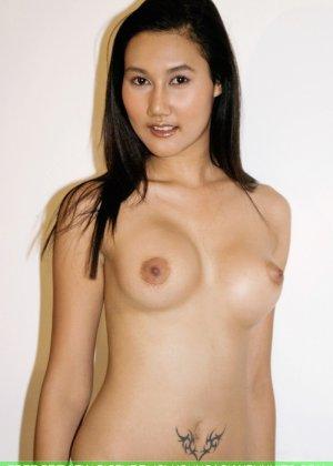 Азиатская девушка медленно снимает с себя все нижнее белье - фото 10
