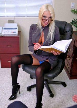 Грудастая психоаналитик Донна Долл отсасывает у своего клиента, а потом трахается с ним на кресле - фото 4