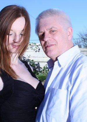 Пожилому мужчине очень повезло - ему отдается молодая телочка и удовлетворяет его желания - фото 2
