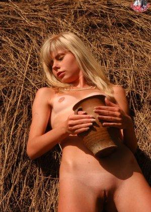 Худенькая блондинка оказывается на сеновале и поливает свое обнаженное тело молоком из кувшина - фото 8