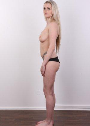 Послушная блонда в татушках вертится перед камерой, как этого от нее требуют - фото 5