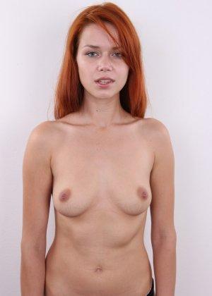 Рыжеволосая молоденькая девчонка пробует себя на порно кастинге - фото 9