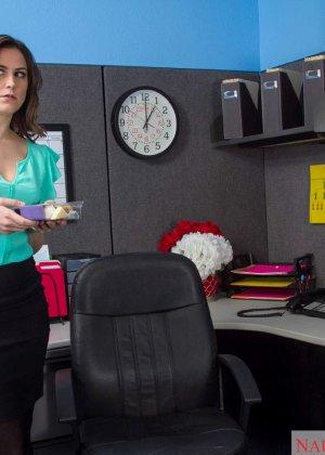 Эдди Дженифер любит поскакать на большом члене своего начальника во время обеденного перерыва - фото 1